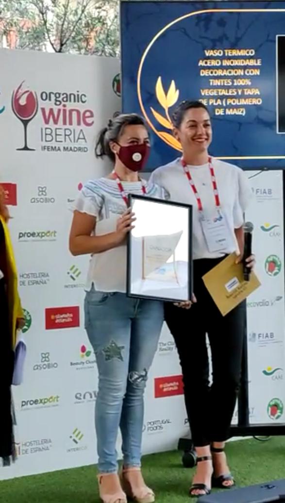"""Patricia González, directora comercial de NPW recogiendo el premio al """"Mejor producto innovador en acabados naturales"""" en la feria Eco Living, Ifema."""